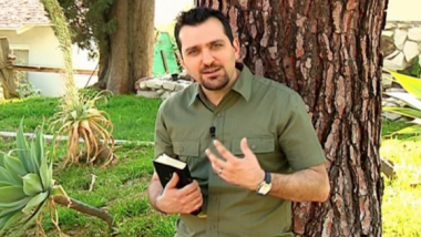Picture of presenter on Bible Teachings, a SAT-7 PARS program dedicated to teaching Farsi-speakers about the Bible